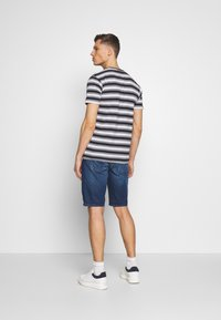 TOM TAILOR - JEANSHOSEN JOSH REGULAR SLIM JEANS-SHORTS IN VINTAGE-WASHUNG - Shorts di jeans - mid stone wash denim - 2