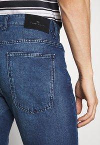 TOM TAILOR - JEANSHOSEN JOSH REGULAR SLIM JEANS-SHORTS IN VINTAGE-WASHUNG - Shorts di jeans - mid stone wash denim - 3