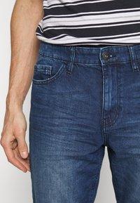 TOM TAILOR - JEANSHOSEN JOSH REGULAR SLIM JEANS-SHORTS IN VINTAGE-WASHUNG - Shorts di jeans - mid stone wash denim - 5