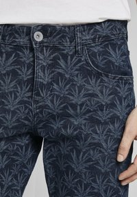 TOM TAILOR - MIT TROPISCHEM PRINT - Shorts di jeans - navy white agave design - 4