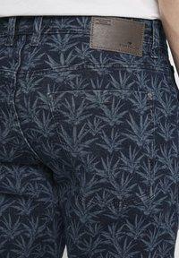 TOM TAILOR - MIT TROPISCHEM PRINT - Shorts di jeans - navy white agave design - 5