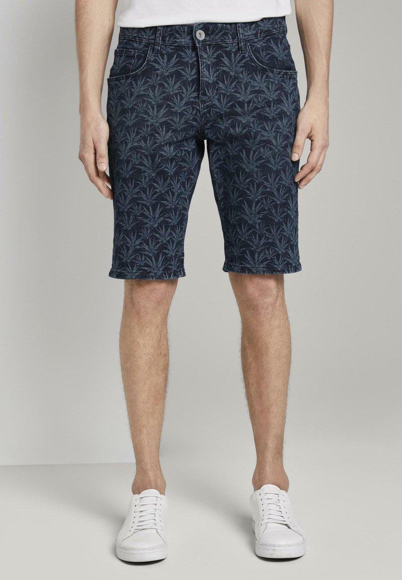 TOM TAILOR - MIT TROPISCHEM PRINT - Shorts di jeans - navy white agave design