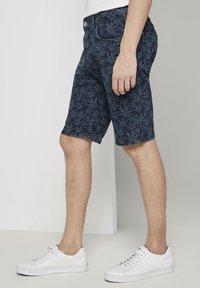 TOM TAILOR - MIT TROPISCHEM PRINT - Shorts di jeans - navy white agave design - 3