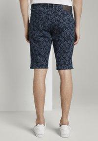 TOM TAILOR - MIT TROPISCHEM PRINT - Shorts di jeans - navy white agave design - 2