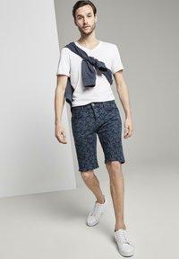 TOM TAILOR - MIT TROPISCHEM PRINT - Shorts di jeans - navy white agave design - 1