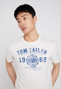 TOM TAILOR - LOGO TEE - T-shirt con stampa - vanilla white - 4