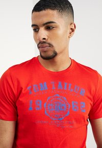 TOM TAILOR - LOGO TEE - T-shirt con stampa - basic red - 4