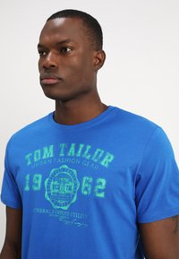 TOM TAILOR - LOGO TEE - T-shirt con stampa - simply blue - 4