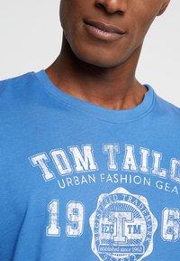TOM TAILOR - LOGO TEE - T-shirt con stampa - midsummer blue - 4