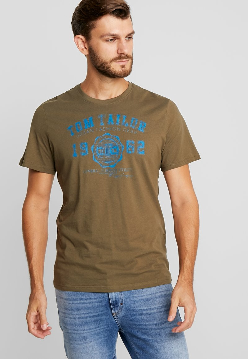 TOM TAILOR - LOGO TEE - T-shirt con stampa - olive drap