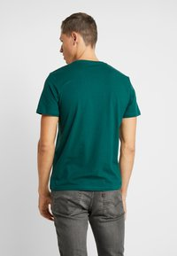 TOM TAILOR - LOGO TEE - Triko s potiskem - june bug green - 2