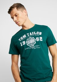 TOM TAILOR - LOGO TEE - Triko s potiskem - june bug green - 4