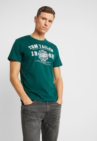 TOM TAILOR - LOGO TEE - Triko s potiskem - june bug green - 0