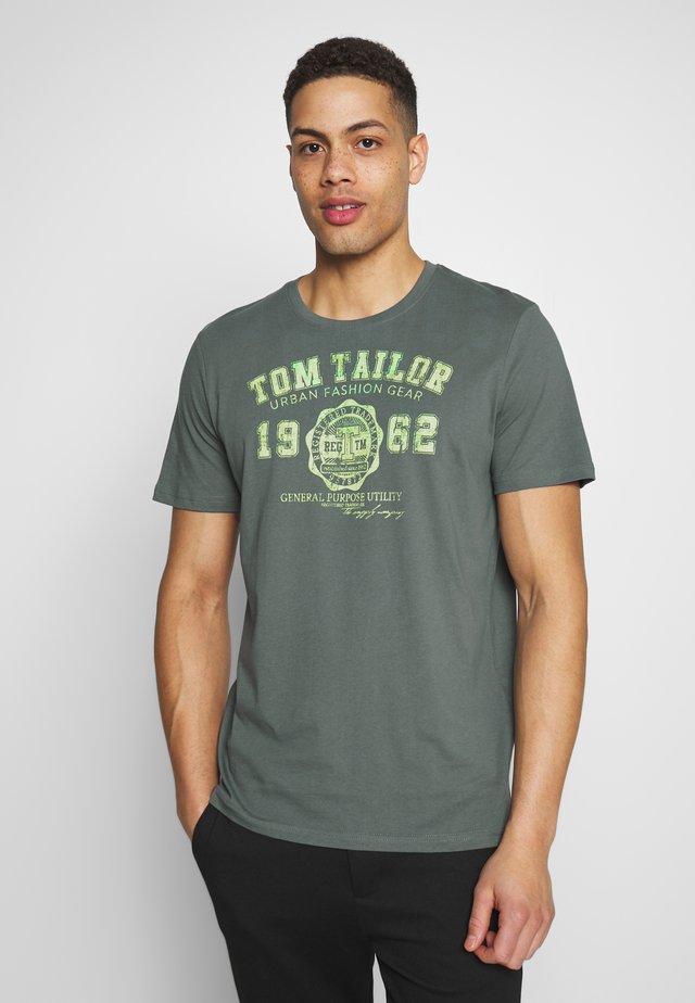 LOGO TEE - Print T-shirt - washed jasper green
