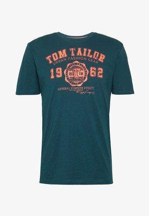 LOGO TEE - T-shirts med print - deep pond green