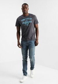 TOM TAILOR - LOGO TEE - T-shirt med print - tarmac grey - 1
