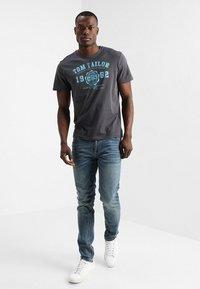 TOM TAILOR - LOGO TEE - T-shirt print - tarmac grey - 1