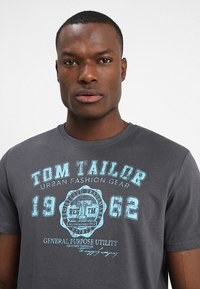 TOM TAILOR - LOGO TEE - T-shirt med print - tarmac grey - 4