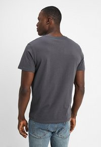 TOM TAILOR - LOGO TEE - T-shirt med print - tarmac grey - 2