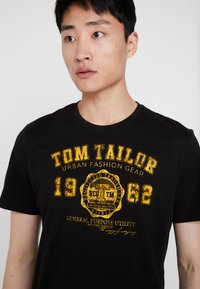 TOM TAILOR - LOGO TEE - T-shirts med print - dark greyish black - 4