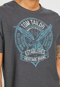 TOM TAILOR - T-shirt con stampa - tarmac grey - 5