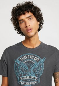TOM TAILOR - T-shirt con stampa - tarmac grey - 3