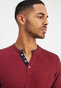 TOM TAILOR - BASIC HENLEY - Basic T-shirt - brilliant red/navy - 3