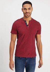 TOM TAILOR - BASIC HENLEY - Basic T-shirt - brilliant red/navy - 0