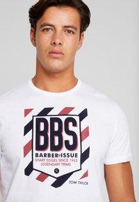 TOM TAILOR - WITH FLOCK PRINT - T-shirt z nadrukiem - white - 4