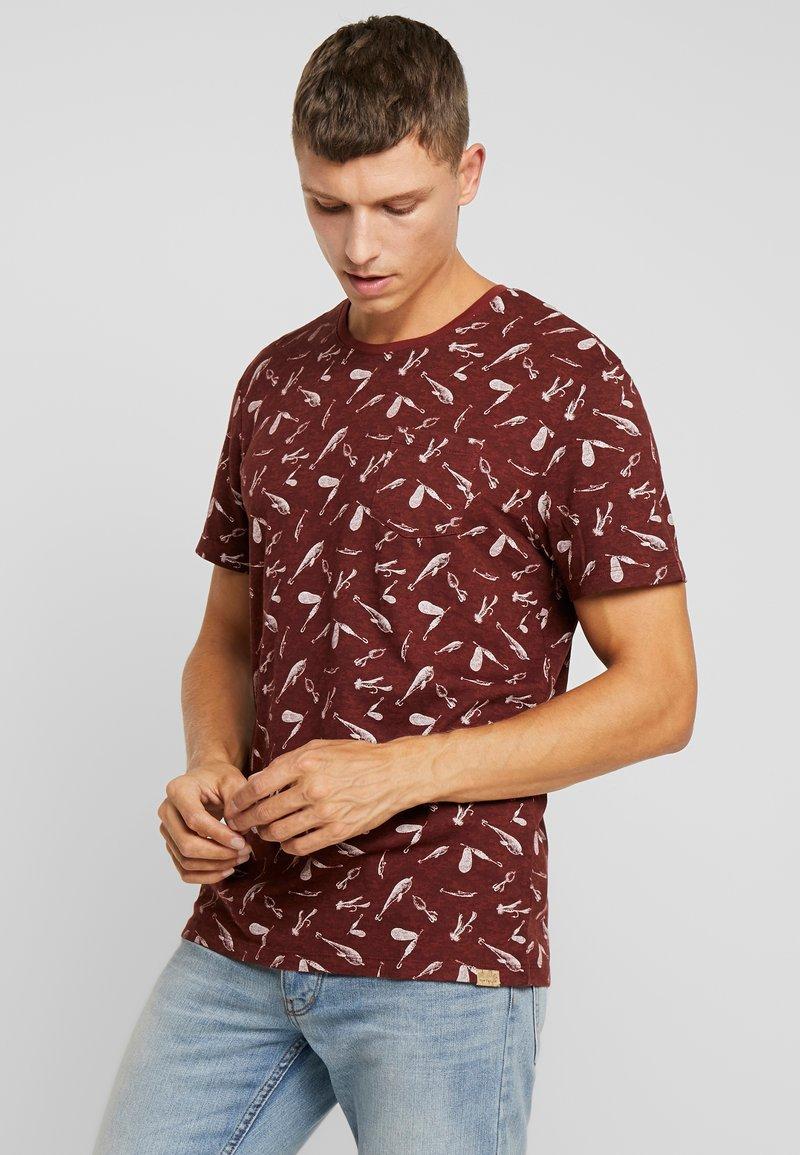 TOM TAILOR - ALLOVER PRINTED TEE - T-shirt z nadrukiem - spicy brown