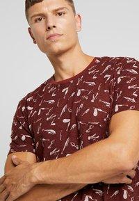 TOM TAILOR - ALLOVER PRINTED TEE - T-shirt z nadrukiem - spicy brown - 4