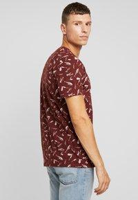 TOM TAILOR - ALLOVER PRINTED TEE - T-shirt z nadrukiem - spicy brown - 2