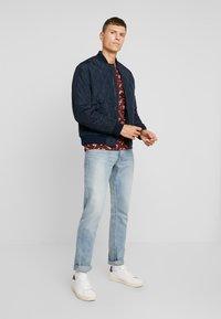 TOM TAILOR - ALLOVER PRINTED TEE - T-shirt z nadrukiem - spicy brown - 1