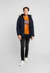 TOM TAILOR - FINE STRIPED - T-shirts med print - pumpkin orange - 1