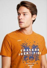 TOM TAILOR - FINE STRIPED - T-shirts med print - pumpkin orange - 3