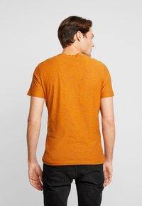 TOM TAILOR - FINE STRIPED - T-shirts med print - pumpkin orange - 2