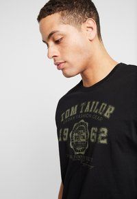 TOM TAILOR - 2 PACK - T-shirt con stampa - black - 4