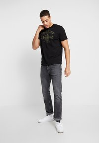 TOM TAILOR - 2 PACK - T-shirt con stampa - black - 0