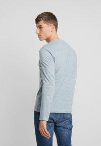 TOM TAILOR - HENLEY WITH EMBRO AT CHEST - Bluzka z długim rękawem - offwhite/ melange blue - 2
