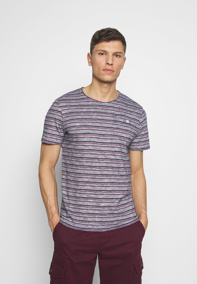 MULTICOLOURED STRIPE T-SHIRT - T-shirt z nadrukiem - wine/rose