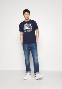 TOM TAILOR - CASUAL PRINT - T-shirt z nadrukiem - black iris/blue - 1