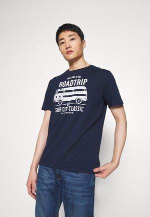 CASUAL PRINT - T-shirt z nadrukiem - black iris/blue
