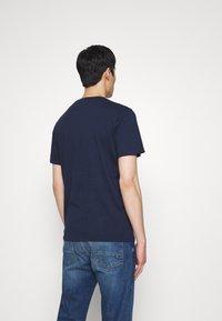 TOM TAILOR - CASUAL PRINT - T-shirt z nadrukiem - black iris/blue - 2
