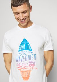 TOM TAILOR - TEE WITH COLOR PRINT - Print T-shirt - off white - 4