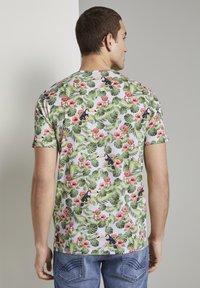 TOM TAILOR - TOM TAILOR T-SHIRT T-SHIRT MIT TROPISCHEM ALLOVER-PRINT - T-shirt print - white - 2