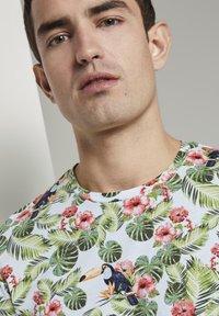 TOM TAILOR - TOM TAILOR T-SHIRT T-SHIRT MIT TROPISCHEM ALLOVER-PRINT - T-shirt print - white - 3