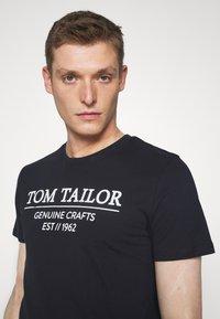 TOM TAILOR - Triko spotiskem - sky captain blue - 4