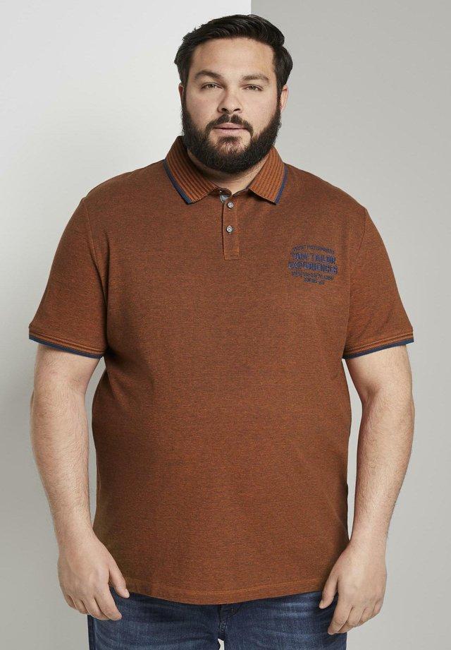 MIT LOGO-STICKEREI - Polo shirt - brown