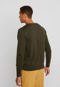 TOM TAILOR - BASIC V NECK  - Strikkegenser - dark olive - 2