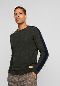 TOM TAILOR - FINE STRUCTURED CREW NECK - Pullover - olive drap navy mouline - 0